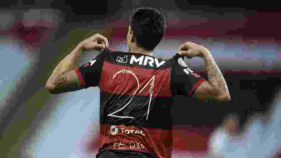 Pedro exibe número da camisa após marcar para o Flamengo contra o Goiás: oito gols nos seus sete últimos jogos - Jorge Rodrigues/AGIF
