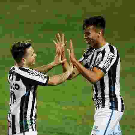 Kaio Jorge comemora com Soteldo gol do Santos contra o Coritiba - HEULER ANDREY/DIA ESPORTIVO/ESTADÃO CONTEÚDO