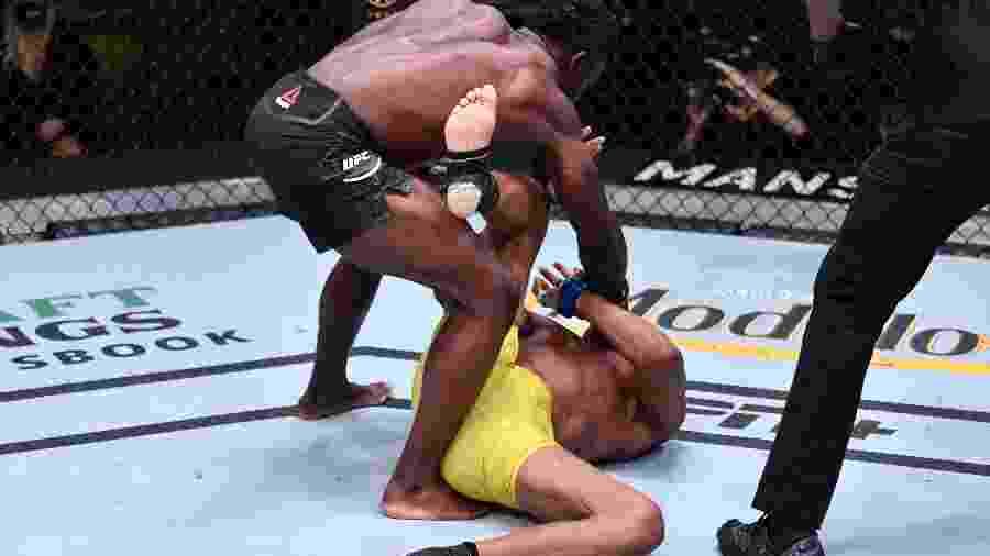 Uriah Hall atinge Anderson Silva com golpes em despedida do brasileiro no UFC - Jeff Bottari/Getty Images