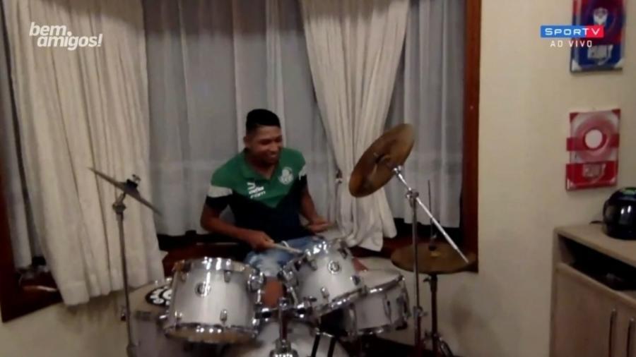 Rony toca bateria ao vivo durante o Bem, Amigos - Reprodução/SporTV
