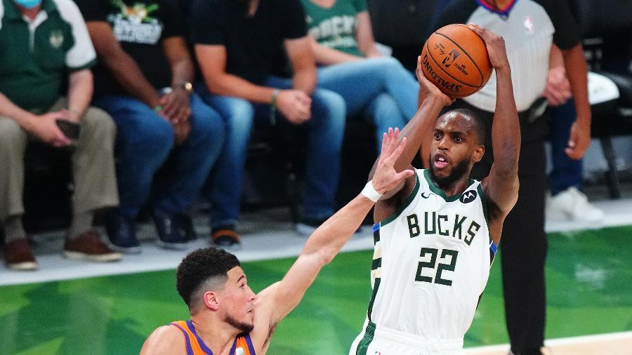 Khris Middleton arremessa durante jogo 4 das finais da NBA, entre Milwaukee Bucks e Phoenix Suns. - Mark J. Rebilas-USA TODAY Sports