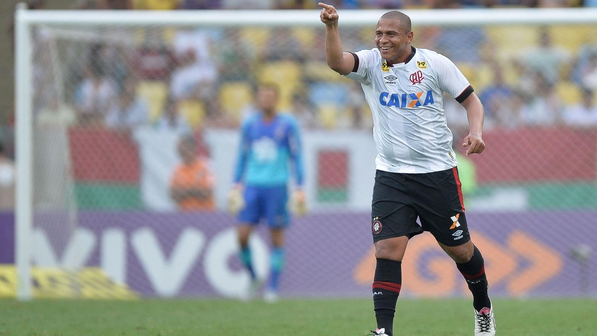 Walter comemora após marcar para o Atlético-PR, em partida contra o Fluminense neste sábado (24)