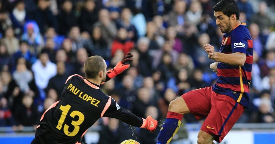 Luis Suárez perde chance na cara do goleiro Pau López na partida entre Espanyol e Barcelona