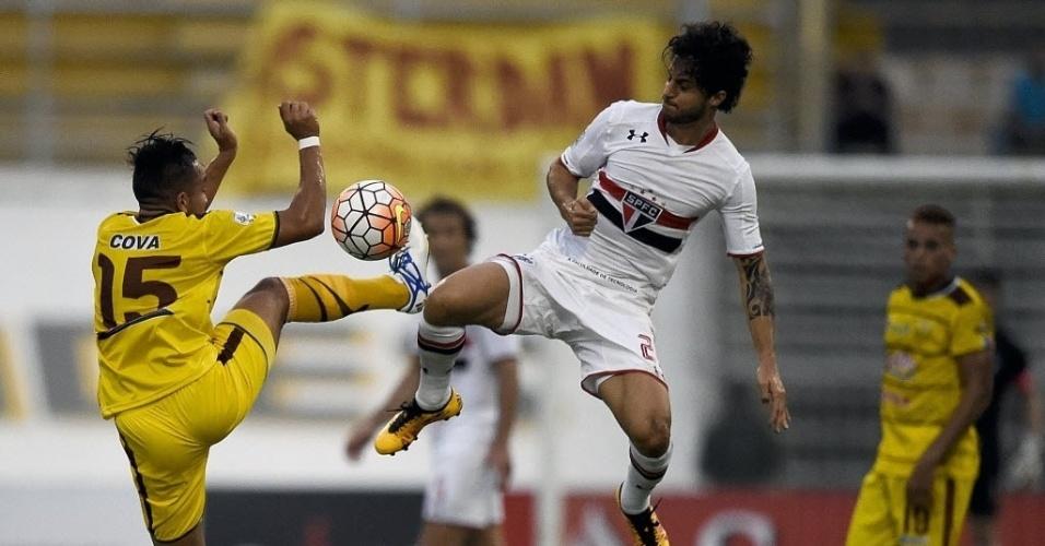 Hudson disputa bola com jogador do Trujillanos durante partida do São Paulo pela Libertadores