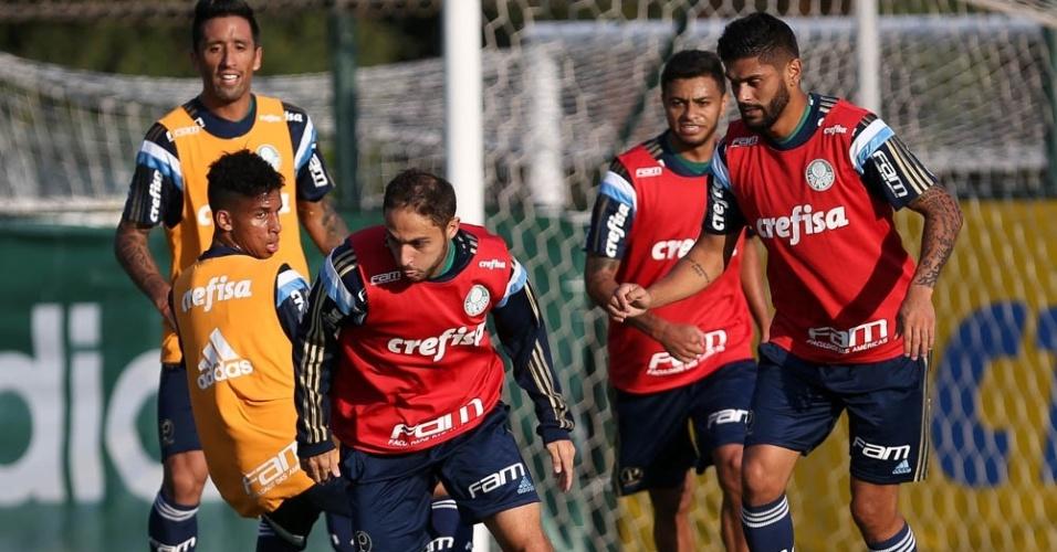 Régis carrega a bola em treino do Palmeiras realizado na Academia de Futebol