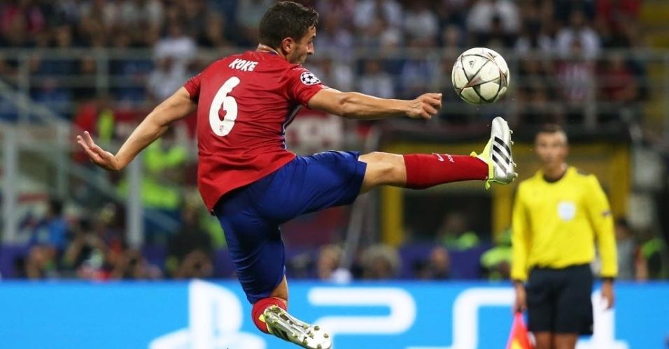 Coke, meia do Atlético de Madri, domina a bola com estilo na final da Liga dos Campeões contra o arquirrival Real Madrid