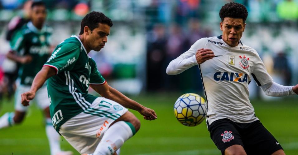 Jean disputa a bola com Marquinhos Gabriel na partida entre Palmeiras e Corinthians pelo Campeonato Brasileiro