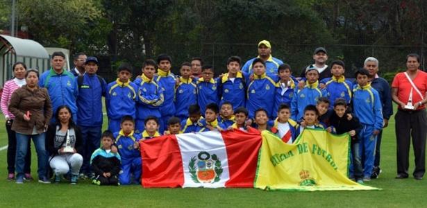 Cueva foi alvo da tietagem das crianças peruanas durante treino do São Paulo