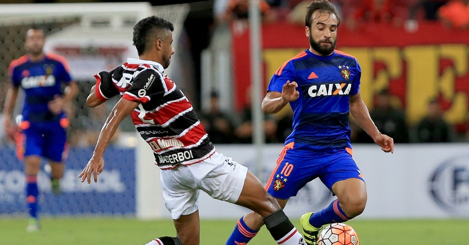 Leo Moura, do Santa Cruz, divide a bola com Gabriel Xavier, do Sport