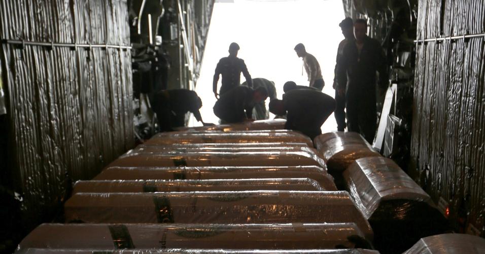 Caixões das vítimas foram trazidos de volta à Chapecó por aviões da FAB