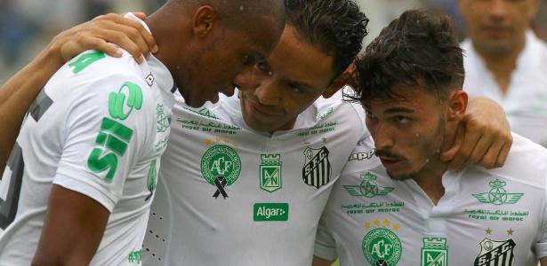 O atacante Ricardo Oliveira (centro) durante jogo do Santos