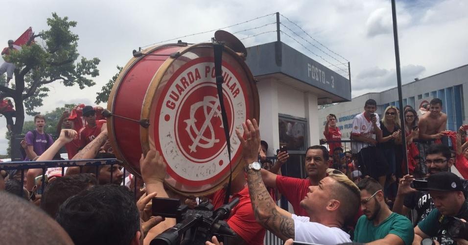 D'Alessandro encontra torcida do Inter após desembarque em Porto Alegre