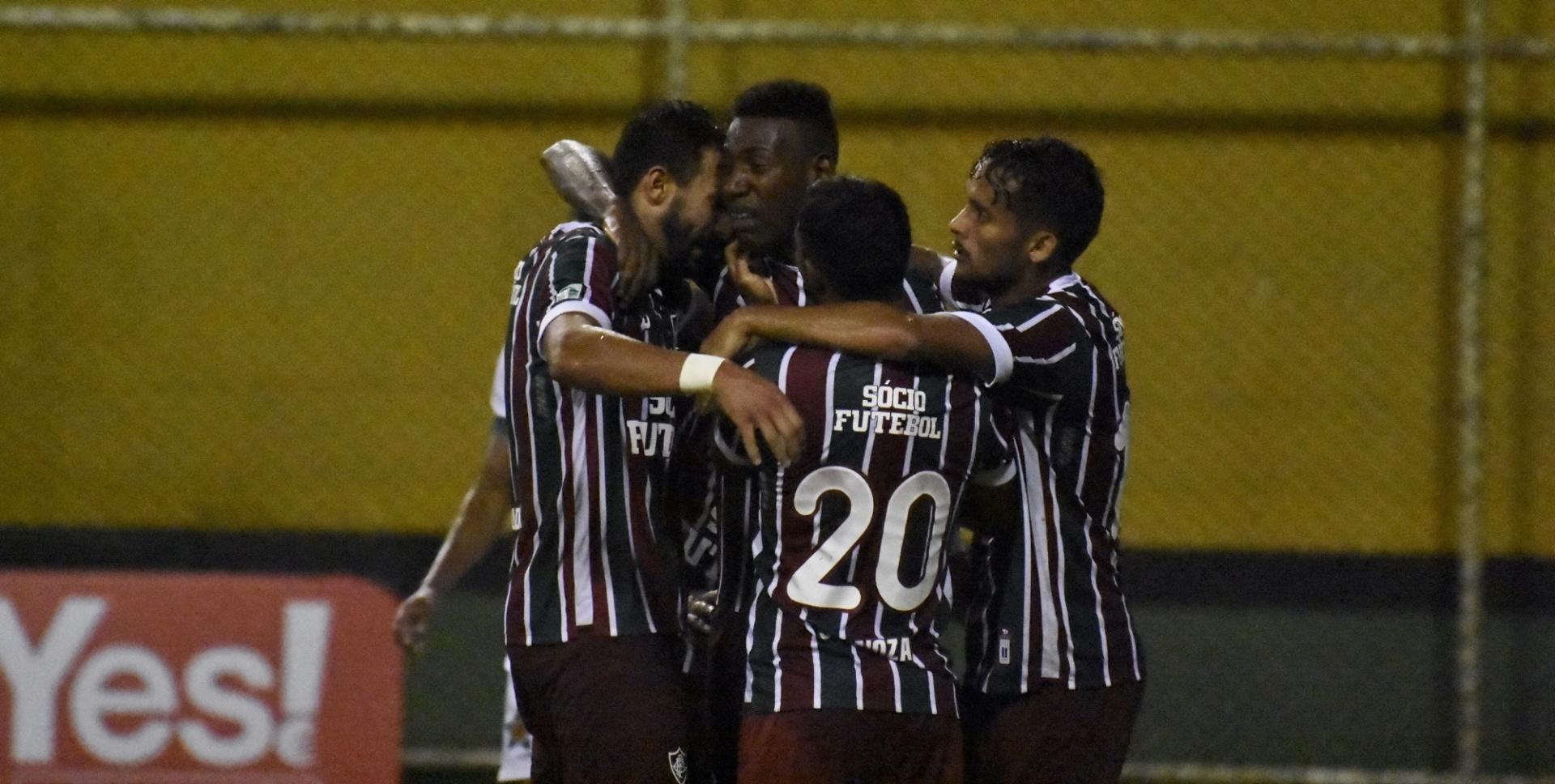Jogadores do Fluminense comemoram um gol contra a Portuguesa