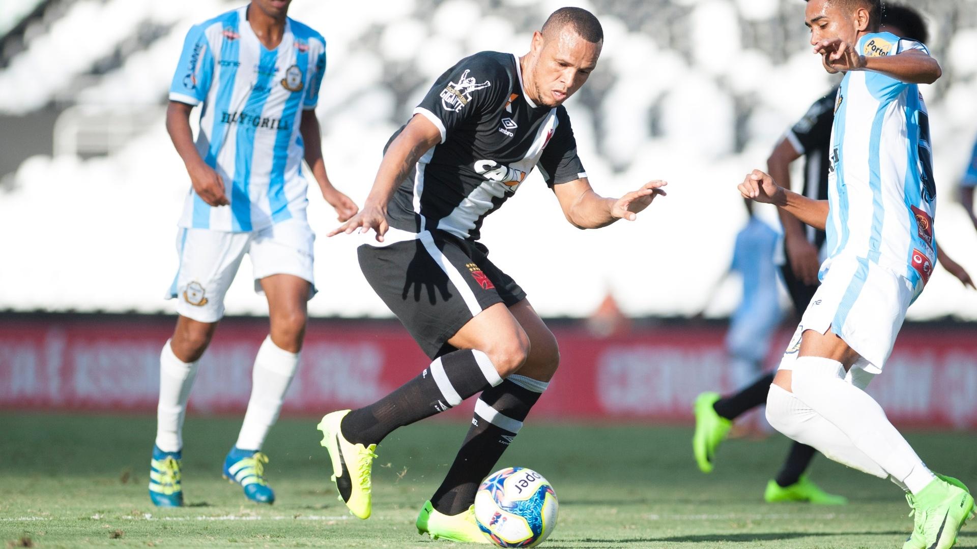 Luis Fabiano faz a estreia com a camisa do Vasco diante do Macaé