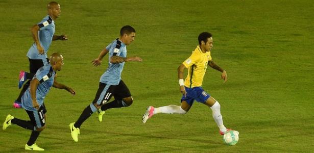 Neymar em ação pela seleção brasileira contra o Uruguai