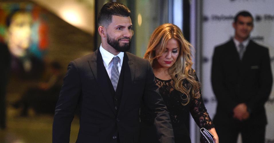 Sergio Agüero e sua namorada passam pelo tapete vermelho