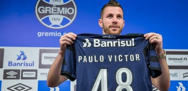 Paulo Victor é apresentado pelo Grêmio com a camisa 48 no CT do clube