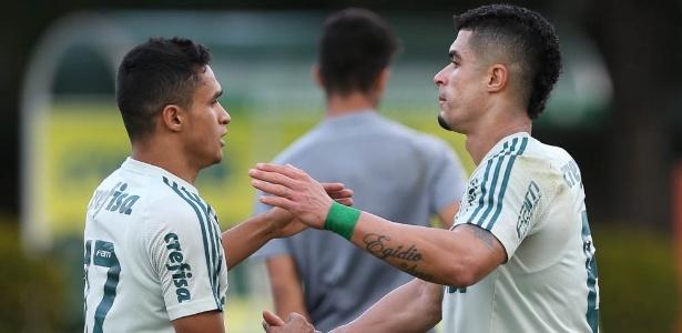 Perseguido pela torcida, Egídio (dir) tem contrato com o Palmeiras até o fim do ano