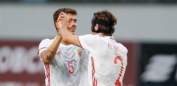 Mario Fernandes comemora gol da Rússia com Roman Neustadter