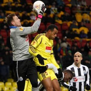 João Carlos, do Anzhi, disputa bola com Elliot, do Newcastle, em 2013