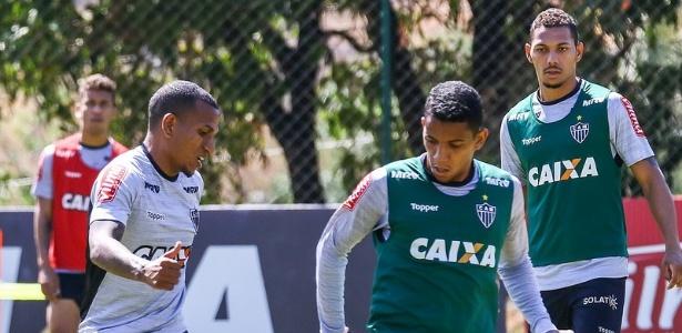 Yago e Alex Silva (ambos de colete) vão ser titulares do Atlético-MG contra o Vitória