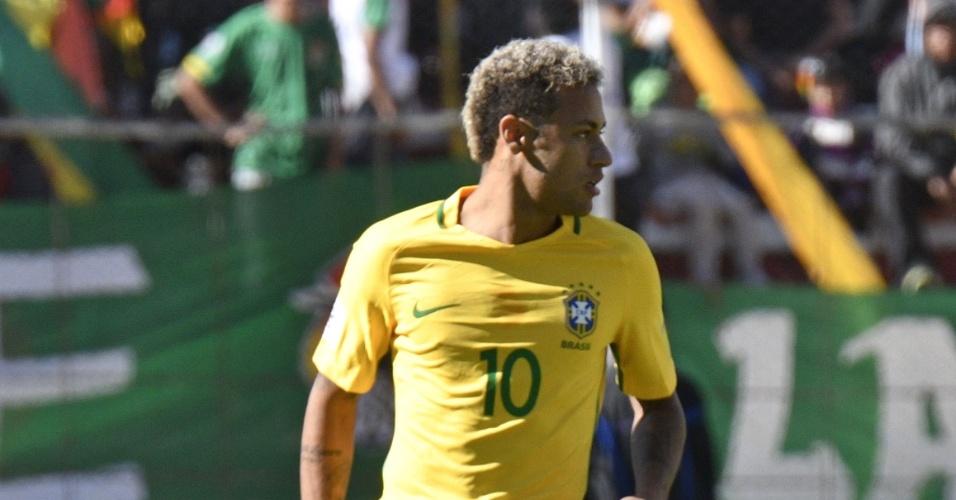 Neymar faz o domínio e observa adversários em jogo entre Brasil e Bolívia