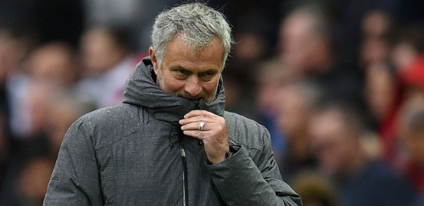 O técnico José Mourinho, do United, durante jogo contra o Tottenham