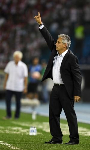 O técnico Reinaldo Rueda comanda o Flamengo contra o Junior