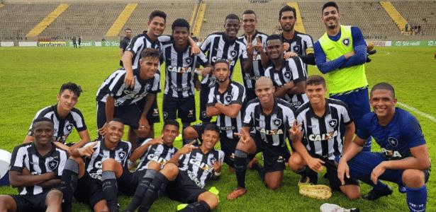Jogadores do Botafogo comemoram goleada sobre o River na Copa São Paulo