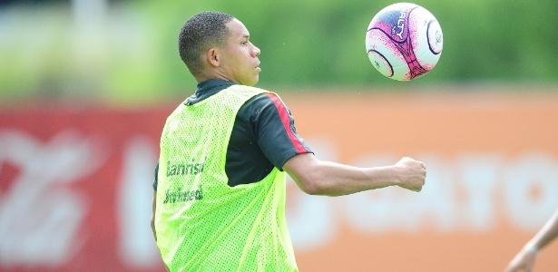 Wellington Silva participa de primeiro treinamento com bola pelo Internacional