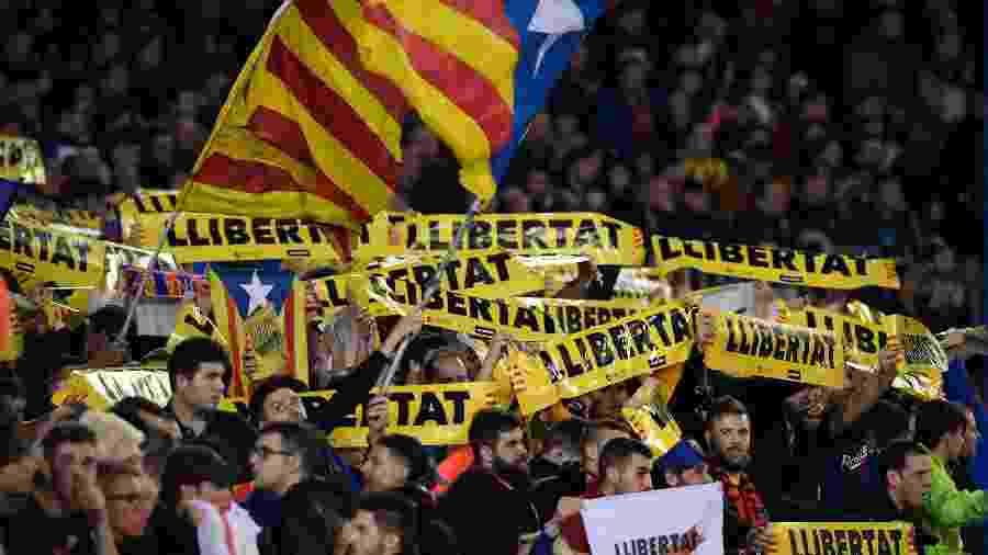 Torcedores do Barcelona se manifestam em prol da independência da Catalunha durante jogo do clube - AFP