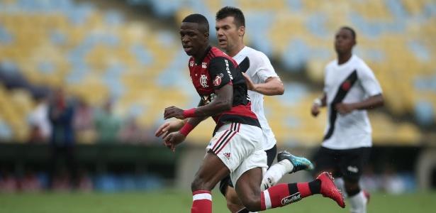 Vinicius Junior em ação pelo Flamengo durante jogo contra o Vasco
