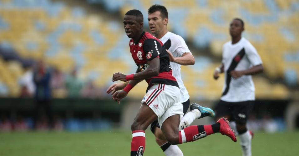 Vinicius Junior disputa bola com Wagner em Flamengo x Vasco pelo Campeonato Carioca