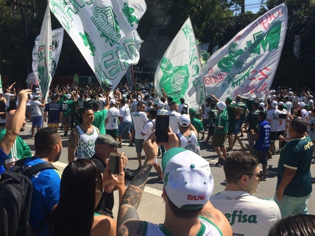 218e81a590e52 Torcida do Palmeiras faz festa na entrada do CT