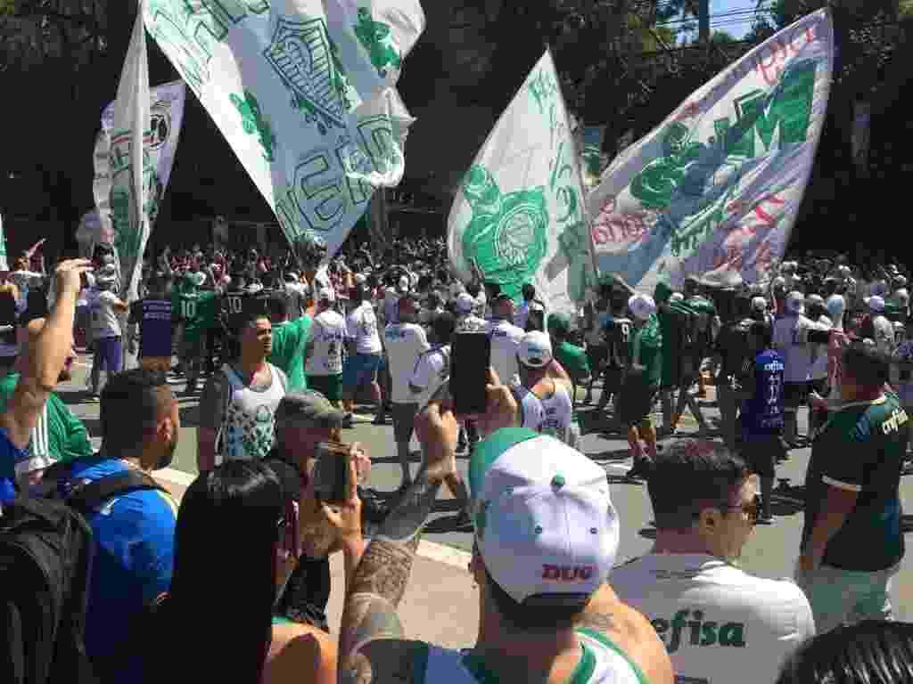 Centenas de torcedores cantaram e fizeram festa na entrada da Academia de Futebol - Leandro Miranda/UOL