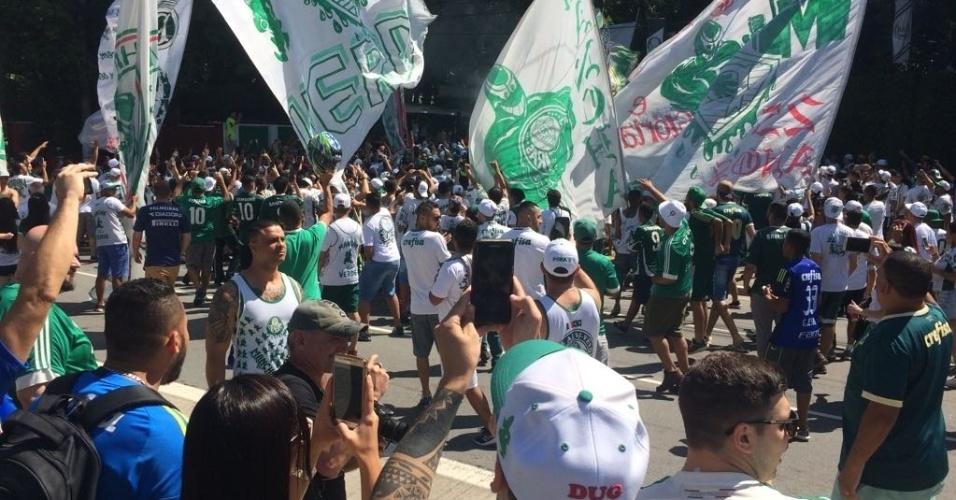 Centenas de torcedores cantaram e fizeram festa na entrada da Academia de Futebol
