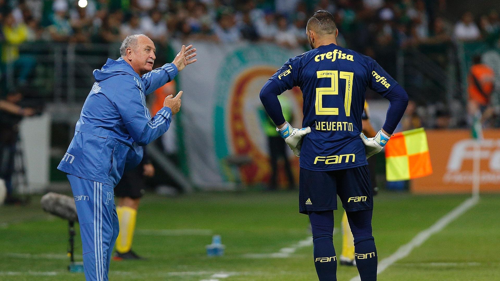 O técnico Luiz Felipe Scolari (Felipão) orienta o goleiro Weverton no jogo entre Palmeiras e Botafogo