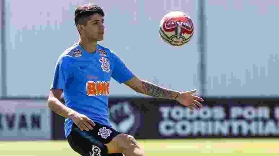 Meia Ángelo Araos faz embaixadinhas durante treino do Corinthians no CT Joaquim Grava - Rodrigo Gazzanel/Ag. Corinthians
