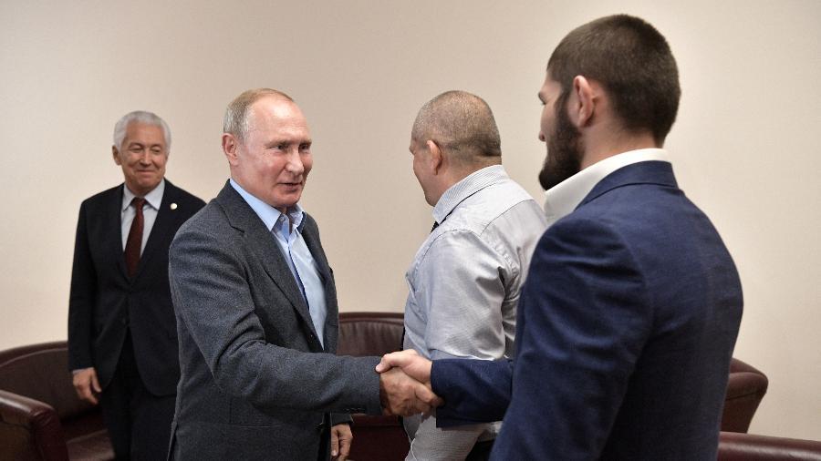 Vladimir Putin, presidente da Rússia, cumprimenta o lutador Khabib Nurmagomedov - Alexei Nikolsky\TASS via Getty Images