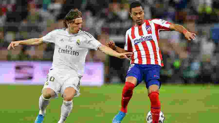 Modric e Renan Lodi disputam bola durante final da Supercopa da Espanha - REUTERS/Waleed Ali