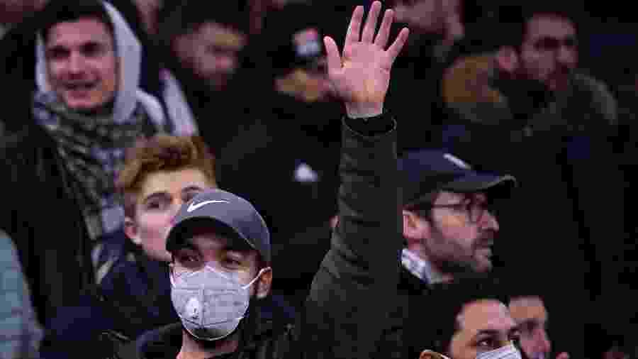Torcedor usa máscara de proteção por temor de coronavírus em partida entre Lyon e Juventus pelas oitavas da Liga dos Campeões - Franck Fife/AFP