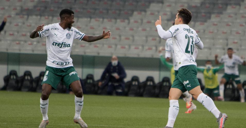 Ramires e Raphael Veiga comemoram gol marcado no fim da partida contra o Athletico