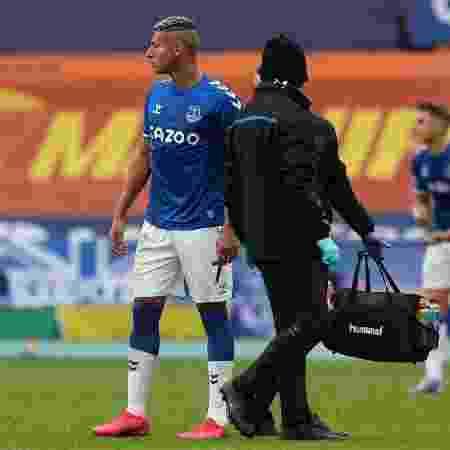 Richarlison foi expulso contra o Liverpool após pancada em Thiago Alcântara - Peter Byrne/AFP