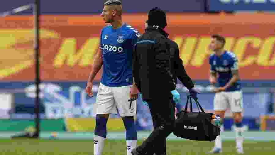 Richarlison foi expulso no final do segundo tempo por falta em Thiago Alcântara - Peter Byrne/AFP