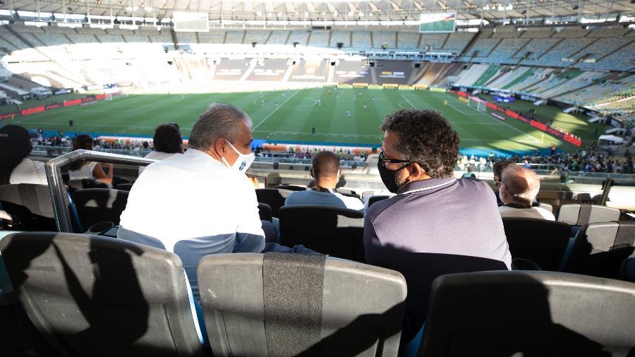 Tite ao lado do auxiliar Cleber Xavier durante a final da Libertadores no Maracanã, em 30 de janeiro - Lucas Figueiredo/CBF