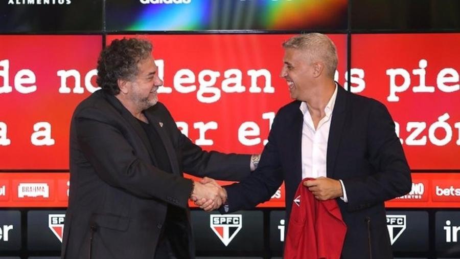 Hernán Crespo, técnico do São Paulo, ao lado do presidente Julio Casares - Divulgação/São Paulo FC