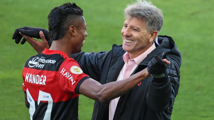Bruno Henrique abraça técnico Renato Gaúcho na vitória do Flamengo sobre o Corinthians por 3 a 1 em Itaquera - Marcello Zambrana/AGIF
