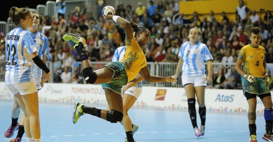Tamires tenta o arremesso para o Brasil na final do handebol feminino, em Toronto