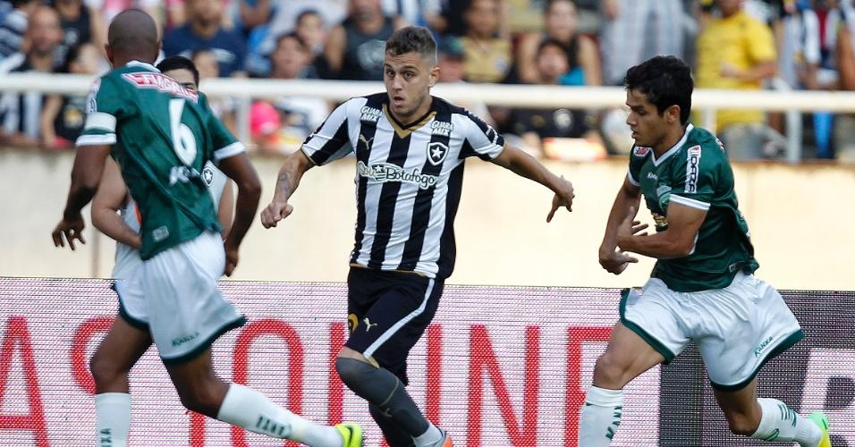 Octavio parte com a bola dominada e é cercado por marcadores em lance do empate sem gols entre Botafogo e Luverdense