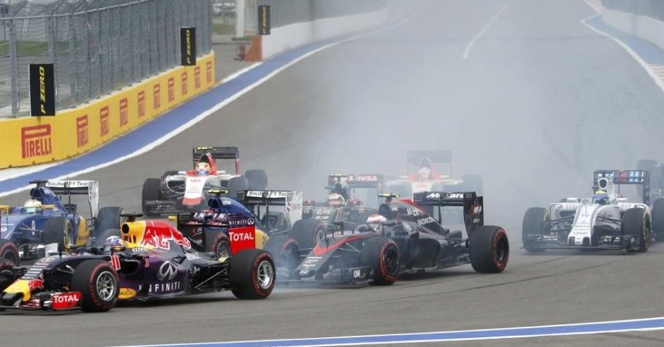 Massa (carro 19) largou na 15ª opsição e escapou de acidente na volta inicial na Rússia